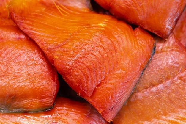 Close-up van stuk koud gerookte gezouten pacifische rode vis chinook zalm. bereide en kant-en-klare pacific zeevruchten. king salmon - aziatische delicatesse keuken als aperitief voor elk garnituur, feestelijk gerecht
