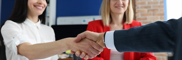 Close-up van succesvolle zakenmensen handdruk in kantoor zakelijke onderhandelingen concept