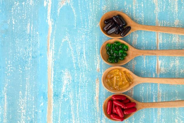 Close-up van supplementen op een blauwe achtergrond