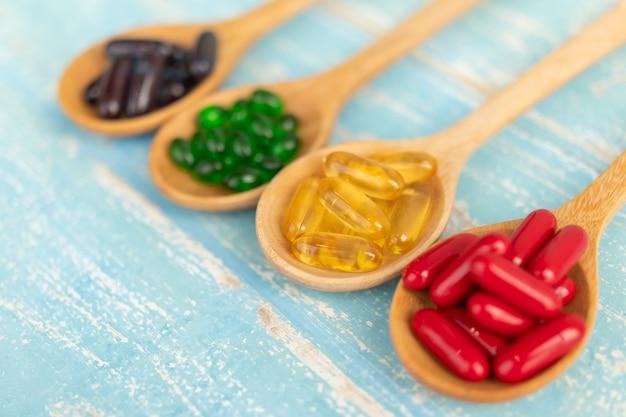 Close-up van supplementen op houten pollepels