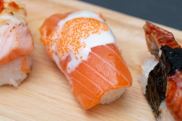Close - up van sushi zalm in plaat op stenen tafel.