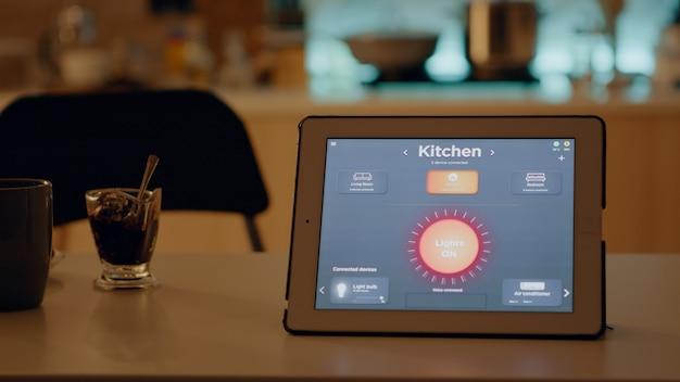 Close-up van tablet met draadloze verlichtingsautomatiseringssoftware op tafel geplaatst
