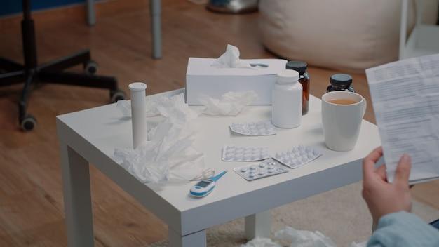 Close up van tafel met flessen pillen en capsules met tabletten