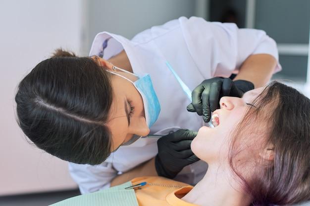 Close-up van tandheelkundige behandeling in tandheelkundige kantoor
