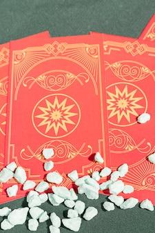 Close-up van tarotkaarten met minerale rotsen