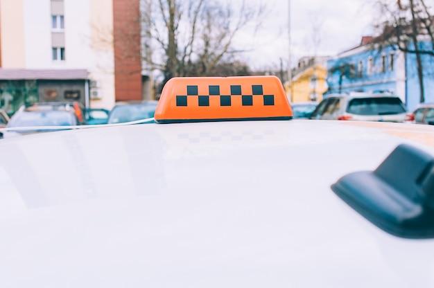 Close-up van taxi checker met de auto. tegen de achtergrond van de stad.