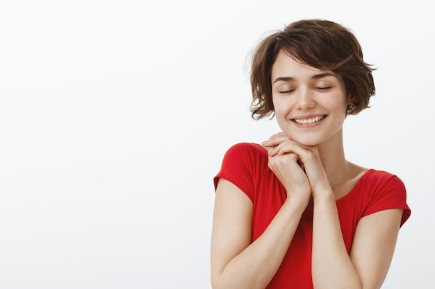 Close-up van tedere dromerige vrouw roept een mooie romantische herinnering op