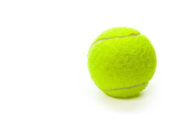 Close-up van tennisballen die op wit worden geïsoleerd