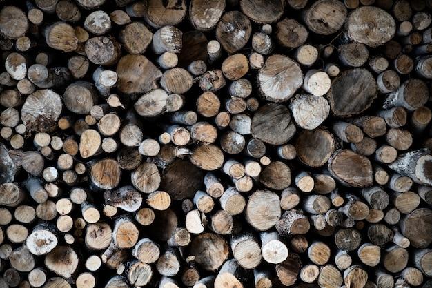 Close-up van timmerhout bovenop elkaar onder de lichten