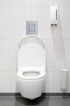 Close-up van toiletpot. wit toilet in de badkamer. openbaar toilet op de luchthaven of restaurant, café.