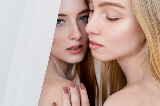 Close-up van topless vrouwen poseren