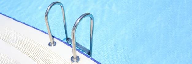 Close-up van trap naar zwembad met blauw water