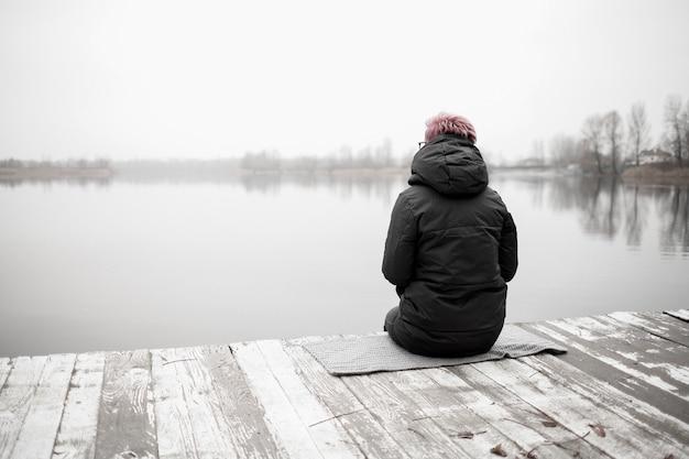 Close-up van triest eenzaam meisje in de natuur
