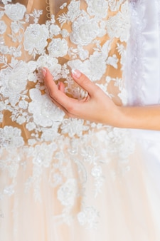 Close-up van trouwjurk met kant en patroon.