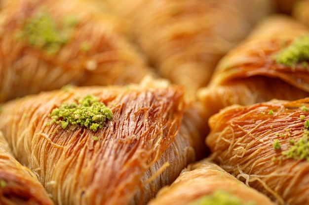 Close up van turks baklava dessert met honing en noten