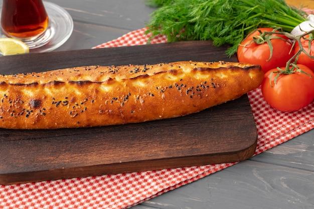 Close-up van turks pide brood op houten tafel