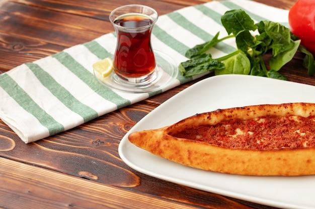 Close up van turks pide brood op houten tafel
