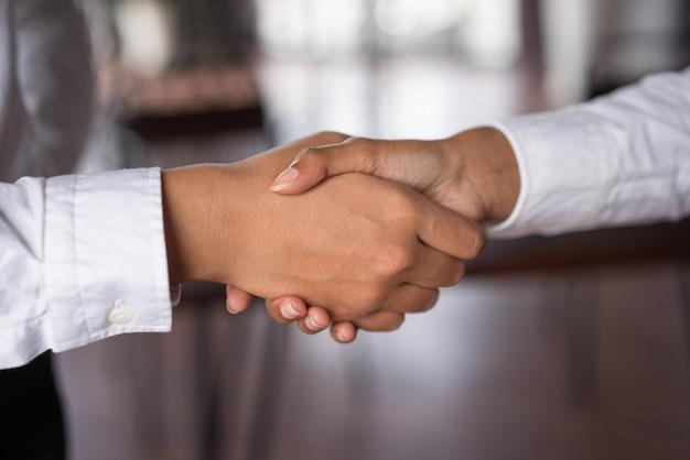 Close-up van twee bedrijfsvrouwen die handen schudden. zakelijke overeenkomst concept.