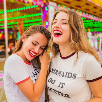 Close-up van twee gelukkige vrouwelijke vrienden