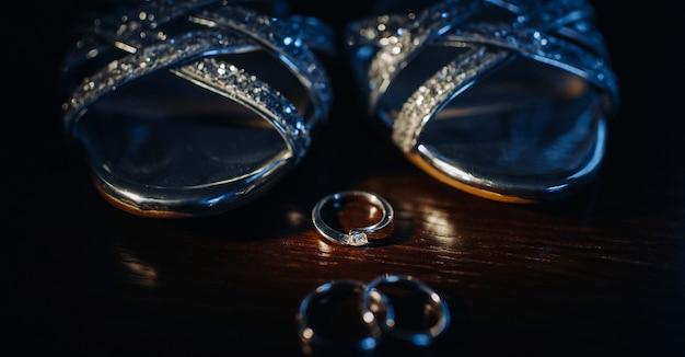 Close-up van twee gouden trouwringen op een zwarte achtergrond. trouwring. trouwringen