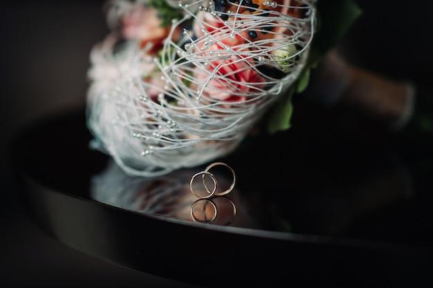 Close-up van twee gouden trouwringen. trouwring. trouwring.