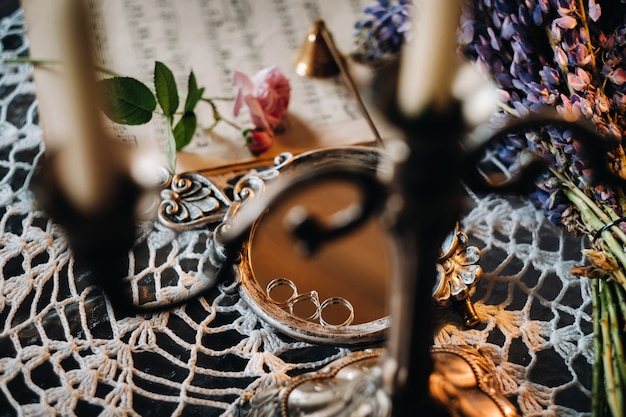 Close-up van twee gouden trouwringen verlovingsring.drie ringen.trouwring.wedding
