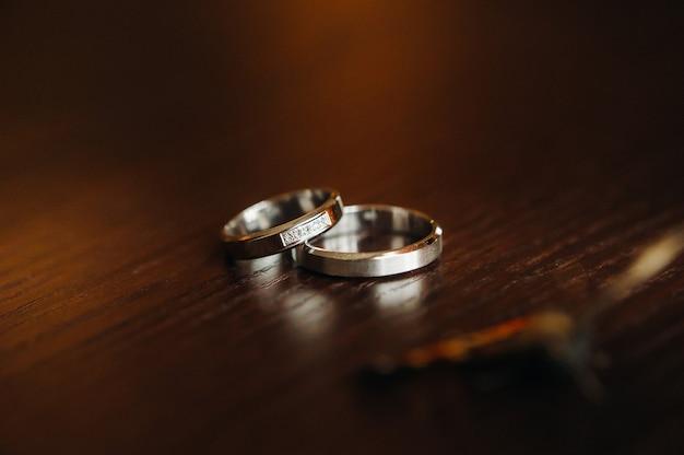Close-up van twee gouden trouwringen voor een bruiloft.