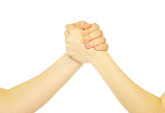 Close-up van twee mensen die handen schudden die over wit worden geïsoleerd