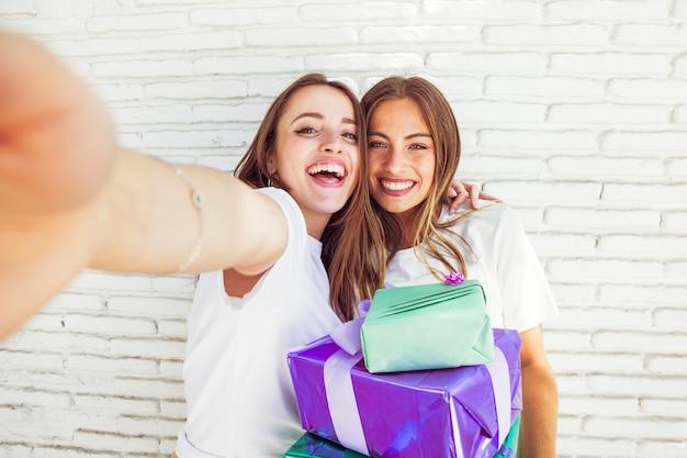 Close-up van twee mooie vrouwen met verjaardagscadeau