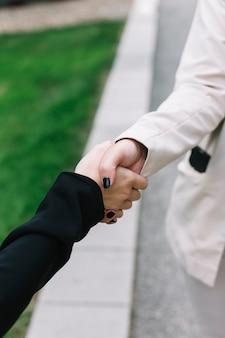 Close-up van twee onderneemsters die handen schudden