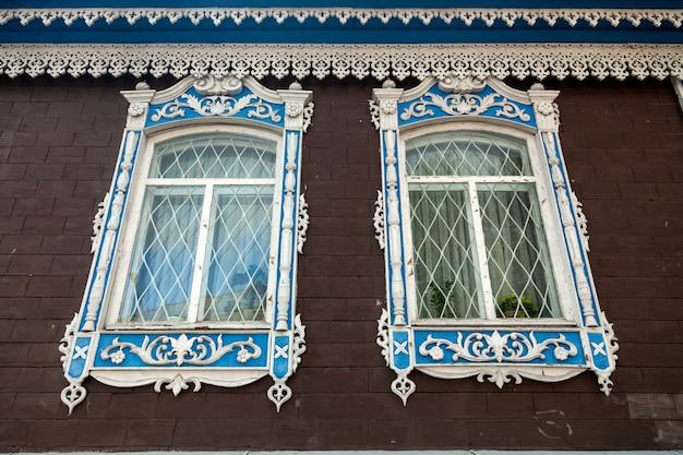 Close-up van twee oude vensters in oud huis een herenhuis dat van steenbaksteen wordt gemaakt