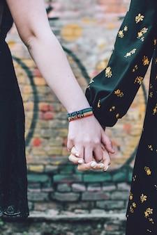 Close-up van twee vrouwelijke handen van de lgbt vrolijke paarholding