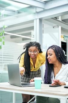 Close-up van twee vrouwelijke ondernemers op het werk