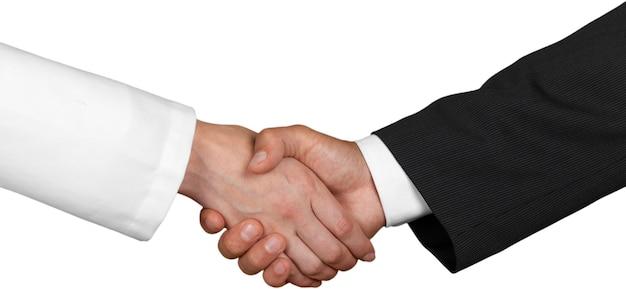 Close-up van twee zakenmensen die elkaar de hand schudden