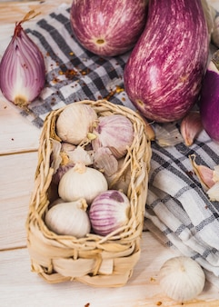 Close-up van uien dichtbij aubergines op doek