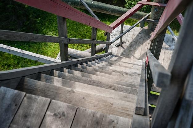 Close-up van uitkijktoren. uitzichttoren constructie-elementen en trappen. letland. baltisch.