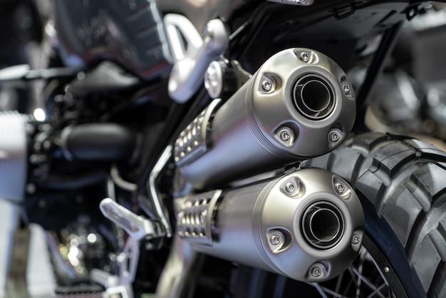 Close-up van uitlaat of inlaat van zwarte sport racing motorfiets met nieuwe band