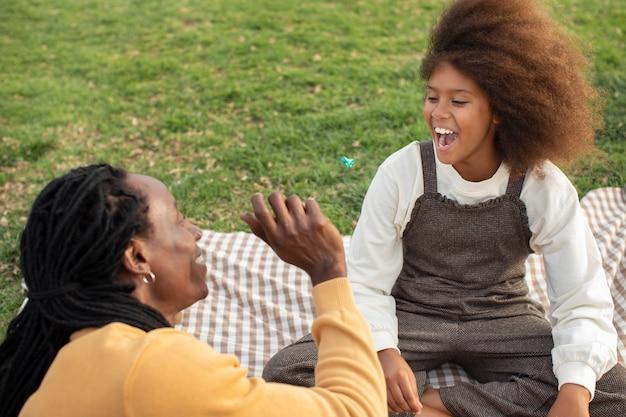 Close-up van vader en kind tijdens picknick