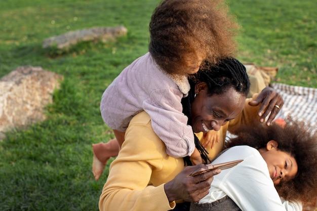Close-up van vader en spelen met kinderen