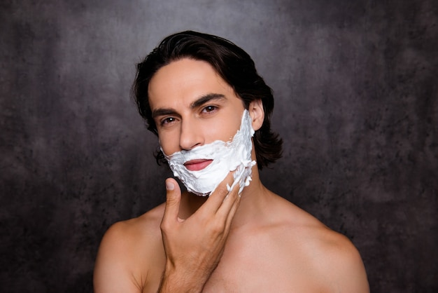 Close up van van man met wit schuim op zijn gezicht