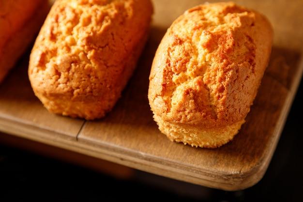 Close-up van vanille gebakken cupcakes met krenten op een houten tafel
