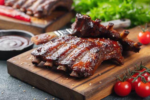 Close-up van varkensvleesribben die met bbq saus worden geroosterd