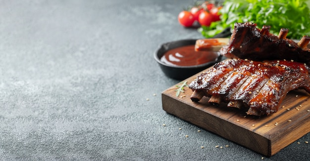 Close-up van varkensvleesribben die met bbq saus worden geroosterd.