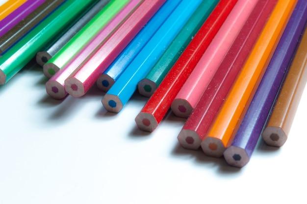 Close-up van veelkleurige potloden op witte achtergrond