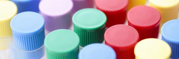 Close-up van veelkleurige reageerbuizen in chemisch laboratorium