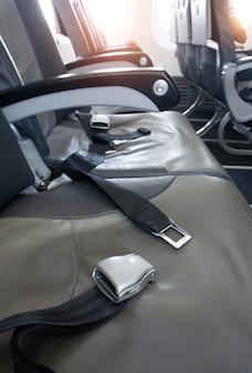 Close-up van veiligheidsgordel op stoel in vliegtuig