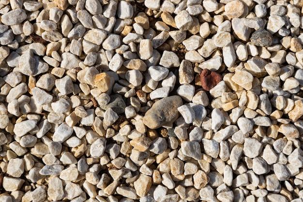 Close-up van vele kleine lichte rotsen op grond