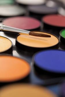Close-up van verfborstel en palet