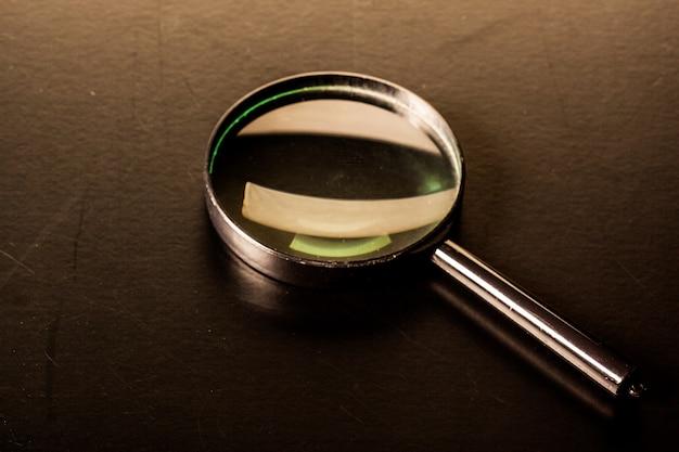 Close-up van vergrootglas op donkere oppervlakte