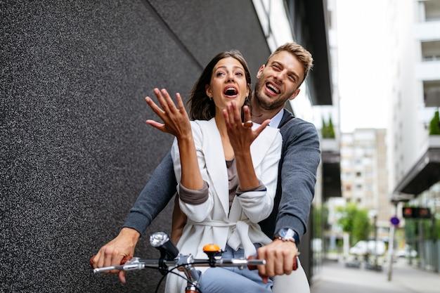 Close up van verliefde paar met plezier en rijden op de fiets in de stad